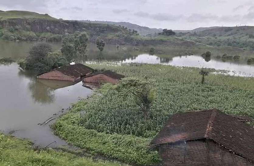 नर्मदा बांध का जलस्तर बढऩे से पानी में समा रहे हैं कई गांव