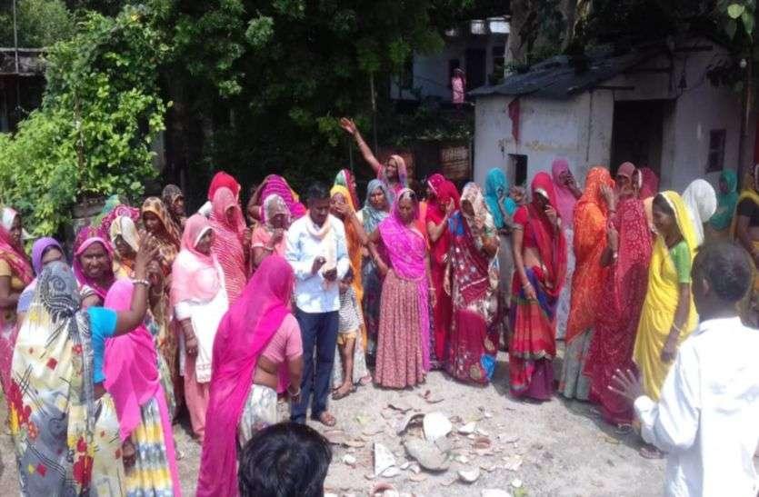 कहां दो माह से नलों में नहीं आया पानी, महिलाओं ने सरपंच को घेरा