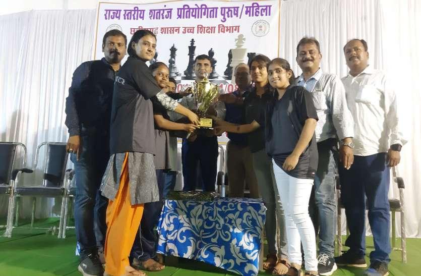 प्रदेश भर के खिलाडिय़ों को मात देेकर पीजी कॉलेज की छात्राएं बनीं शतरंज की रानी