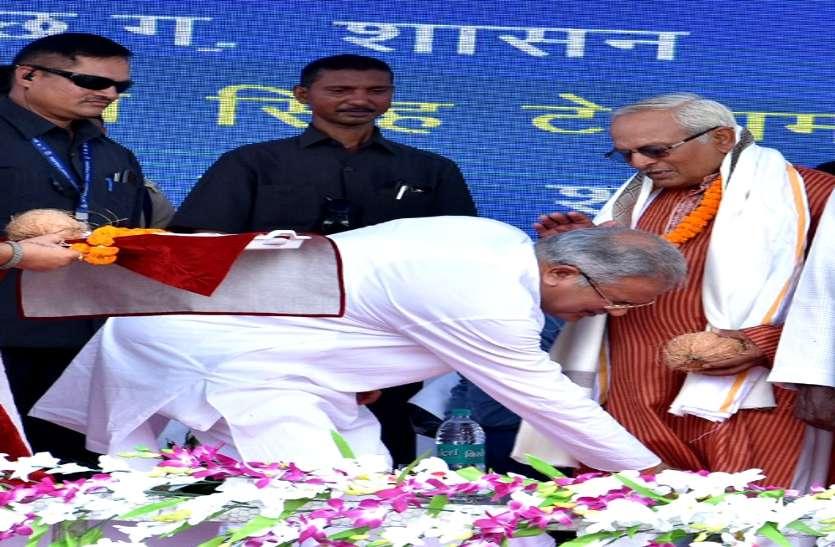 शिक्षक दिवस: पढि़ए मुख्यमंत्री भूपेश बघेल के गणित वाले टीचर की कहानी, क्यों उन्हें देखते ही पैर छूते हैं CM, Video
