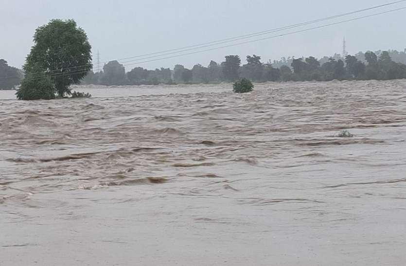 एक साथ तीन नदियां उफनाई, आई बाढ़, पानी से मकान ढहे