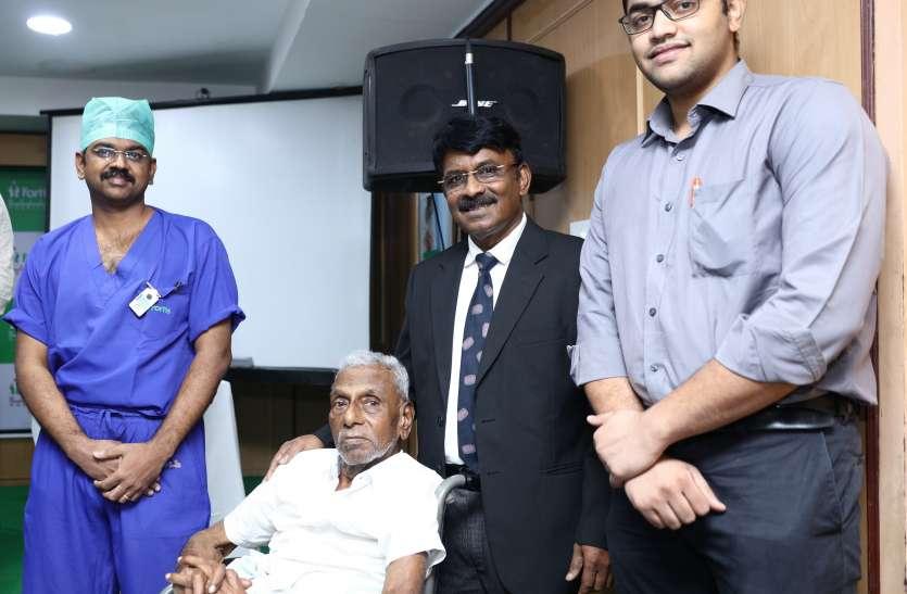 छह घंटे की सर्जरी के बाद 93 साल का वृद्ध अपने पैरों पर चला