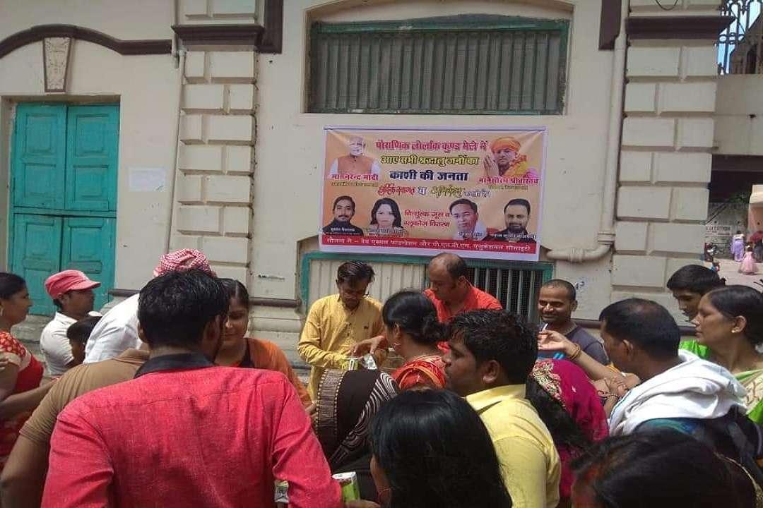 जूस वितरित करते भाजपा नेता और कार्यकर्ता