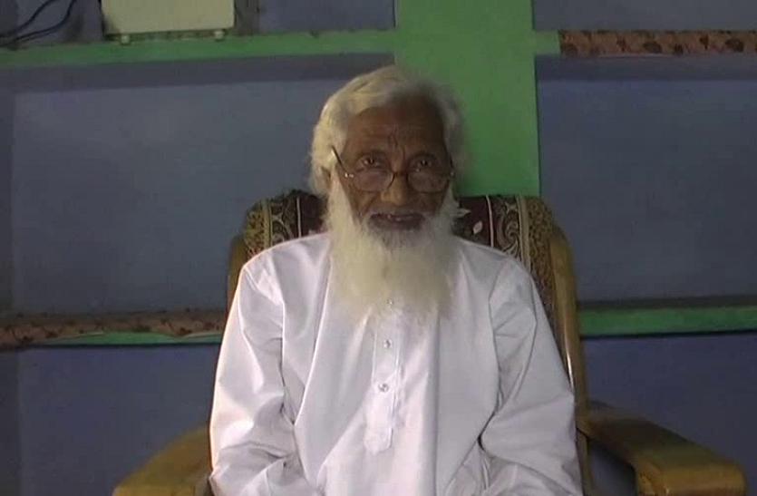 #TeachersDay: 45 सालों से संस्कृत के लिए लड़ाई लड़ रहे हयात उल्ला, रिटायरमेंट के बाद भी जगा रहे शिक्षा की अलख