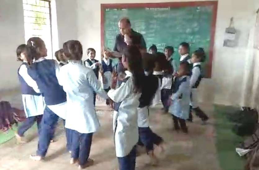 ऐसा स्कूल जहां बच्चों के साथ नाचते हैं शिक्षक, निमाड़ी में पढ़ाते हैं हिंदी
