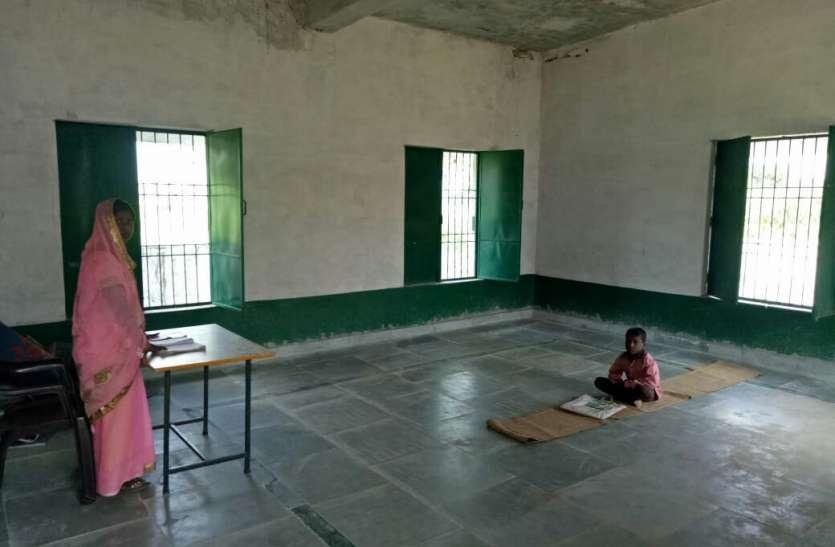 मिर्जापुर के जिस स्कूल में मिड डे मिल में परोसी गई थी नमक रोटी, वहां पढ़ाई करने पहुंचा सिर्फ एक बच्चा