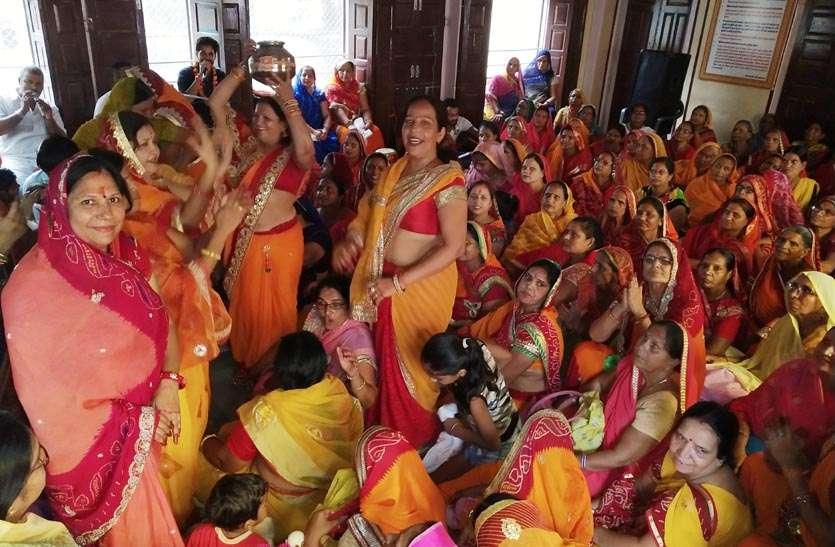 नंदोत्सव में महिलाओं ने भाव-विभोर होकर किया नृत्य