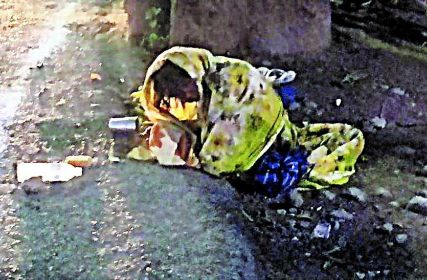 Example Of Humanity: बरसते पानी में तड़प रही थी वृद्धा, राहगीर बस देखते रह गए, एक फरिश्ते ने बढ़ाया हाथ