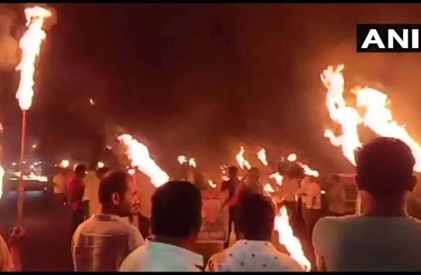 कांग्रेस नेता डीके शिवकुमार की गिरफ्तारी का नहीं थम रहा विरोध, कर्नाटक में मशाल जलाकर प्रदर्शन