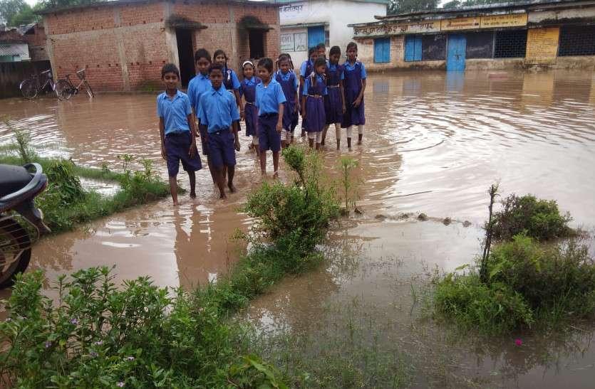 स्कूल बना टापू, क्लास में छात्रों का बैठना हुआ मुश्किल, छज्जा गिरने का भी डर