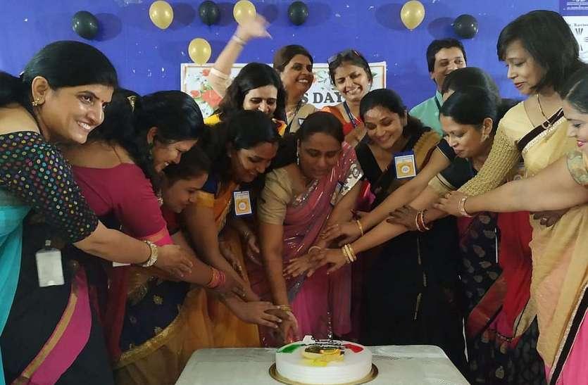 Teacher's day News: केक काटकर मनाया शिक्षक दिवस