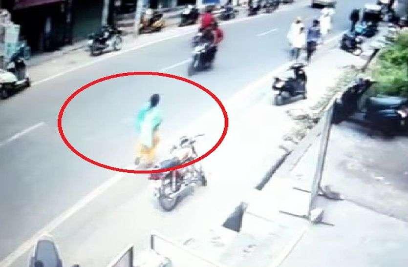 अलवर कंट्रोल रूम के सामने महिला ने बैंक में घुसकर जेब से चुराए 25 हजार रुपए, सीसीटीवी में कैद हुई घटना