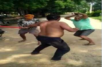 युवक को नंगा करके सड़क पर दौड़ा-दौड़ाकर पीटा, वीडियो वायरल