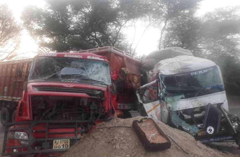 ट्रकों की आमने-सामने भिड़ंत में चालक की मौत हादसे में खलासी घायल