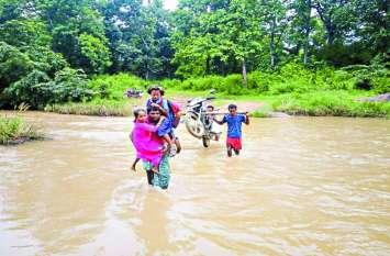 नदी पर पुल नहीं, बारिश में रोज जान जोखिम में डालकर आना-जाना करते हैं ग्रामीण