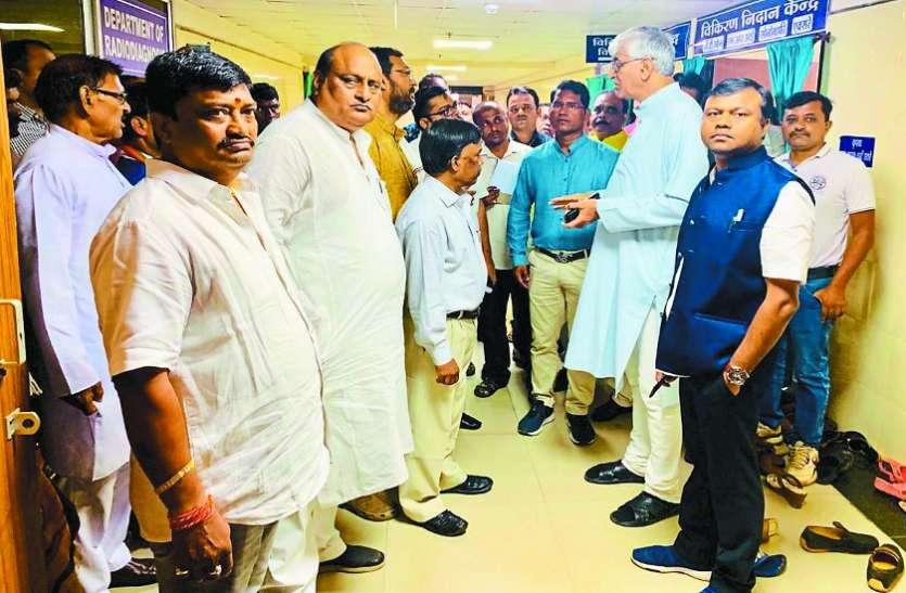 लिफ्ट खराब, मंत्रियों को चढऩी पड़ी सीढिय़ां, स्वास्थ्य मंत्री सिंहदेव ने प्रबंधन को लगाई फटकार