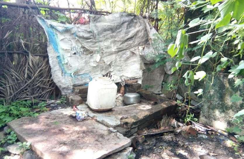 video: बिना गड्ढे के ही बनवा दिए सरपंच ने शौचालय, ग्रामीणों ने लगाया भ्रष्टाचार का आरोप