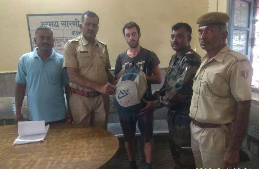 जीआरपी के प्रयास से विदेशी नागरिक को मिला गुम हुआ बैग