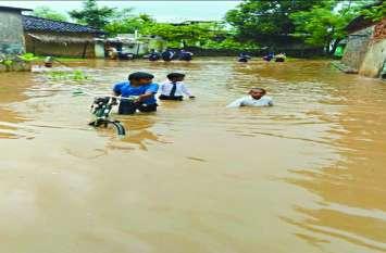 बारिश से सड़कें हुई लबालब, घरों में घुसा पानी, नुकसान के लिए शासन से की गई मुआवजा की मांग