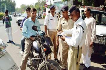 बिना हेलमेट पहने घूम रहे थे दो ट्रैफ़िक कॉस्टेबल, 34 हजाऱ रुपए का लगा जुर्माना