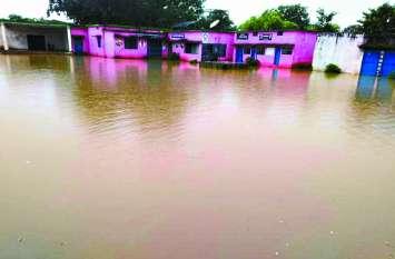 भारी बारिश के चलते 40 गांवों का सडक़ संपर्क टूटा स्कूल में फंसे रहे बच्चे, सैकड़ों एकड़ खेत जलमग्न