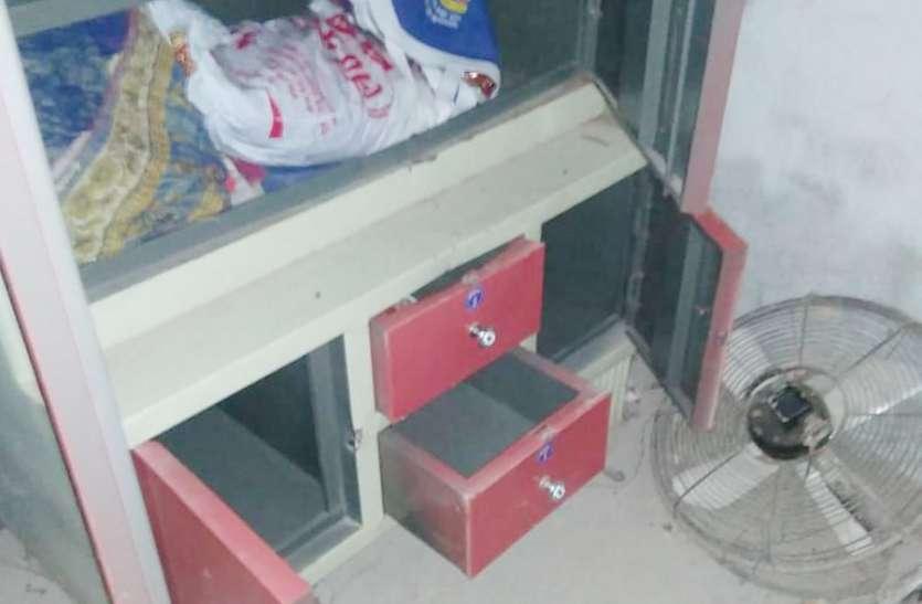 दरवाजा तोडक़र बदमाशों ने घर से उड़ाए लाखों के जेवरात, जानिए कैसे हुई चोरी की वारदात