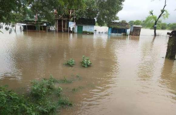 Flood : नर्मदा तटों की स्थिति हुई विकराल, देखने उमड़े लोग