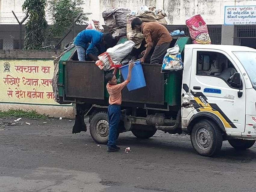 swachh bharat mission; मोदी के गुजरात में बच्चे उठा रहे कचरा