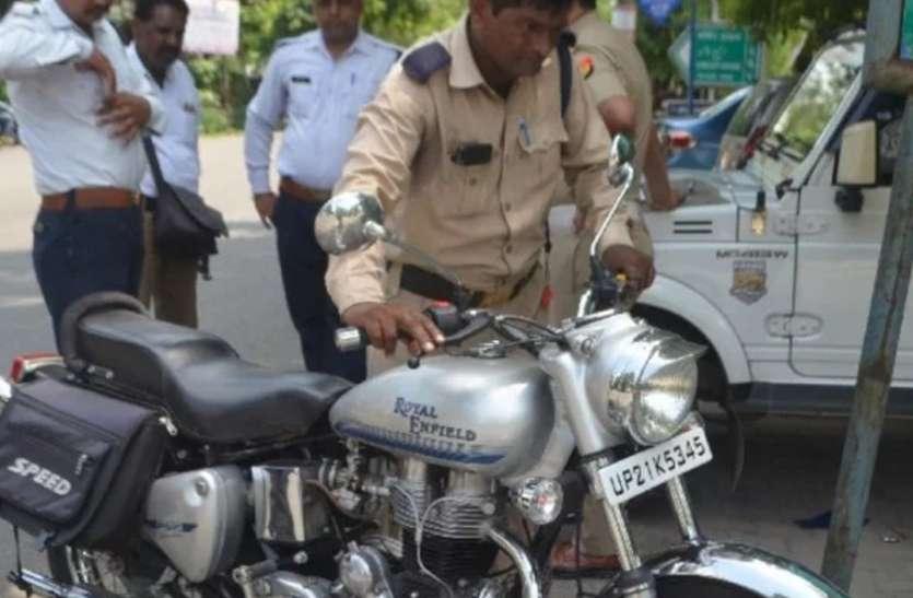 बाइक का चालान कटते ही इंस्पेक्टर ने फेंक दी बाइक