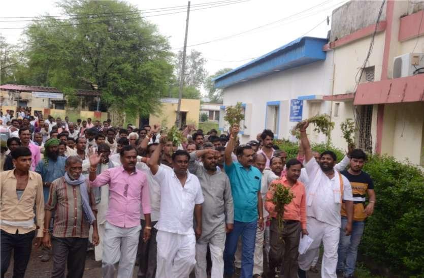 video: बर्बाद हुई फसल का सर्वे कराने की मांग, तहसील में किया किसानों ने प्रदर्शन