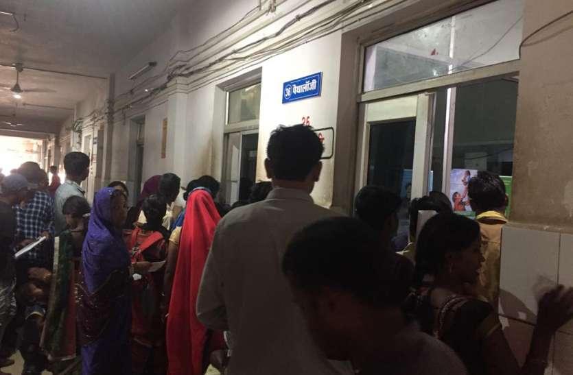 एक स्टाफ के भरोसे जिला अस्पताल का लैब विभाग, जांच नहीं होने पर मरीजों ने किया विरोध