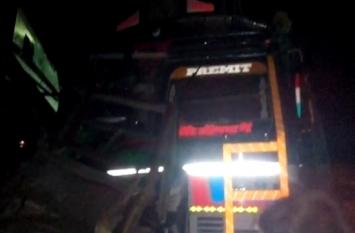 यूपी के बलिया में भीषण सड़क हादसा, ट्रक और बस की टक्कर में 16 घायल, चार की हालत गंभीर