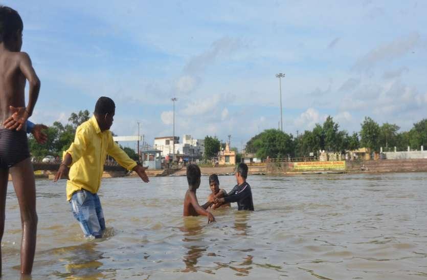60 रुपए का लालच देकर युवक को भेजा खारून के बीच विसर्जन करने, गहरे पानी में डूबने लगा तो..