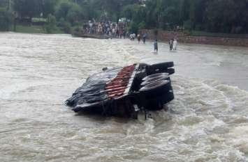 भौंरा नदी में ट्रक के साथ बहे ड्राइवर-क्लीनर, ग्रामीणों ने बचाया