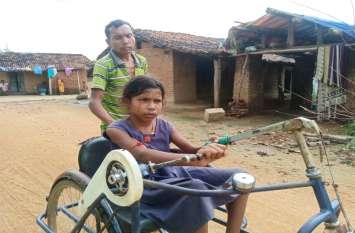दिव्यांग होने के बावजूद नहीं टूटा बच्ची का हौसला, पढाई की ललक ऐसी की ट्राई साइकिल के सहारे जाती है स्कूल
