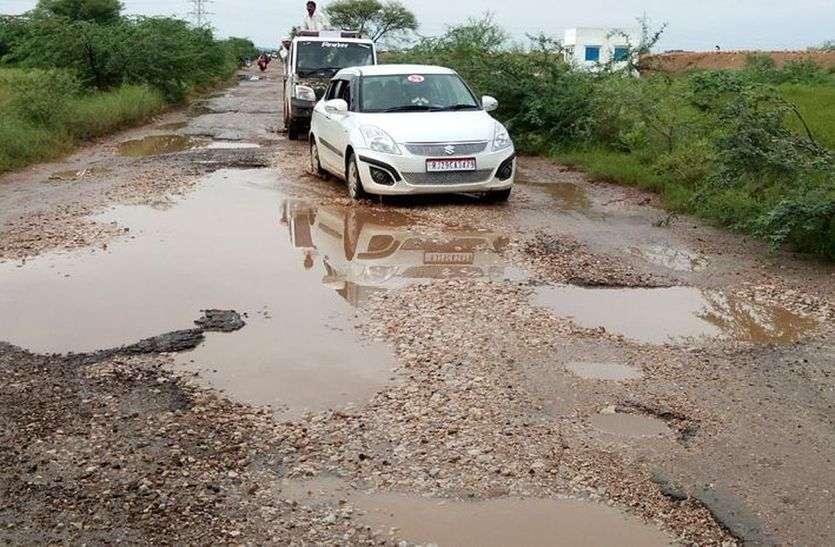 जर्जर सड़क से वाहन हुए खटारा, राहगीर परेशान