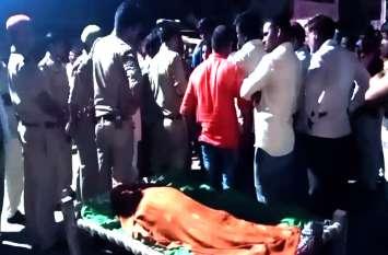 हत्यारोपी पति की गिरफ्तारी से लगा सदमा, पत्नी की मौत, शव लेकर लोग एसपी कार्यालय पहुंचे