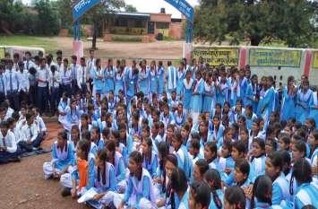 शिक्षकों की कमी से नाराज विद्यार्थियों ने स्कूल के गेट पर जड़ा ताला, प्रदर्शन देख दौड़ते पहुंचे SDM