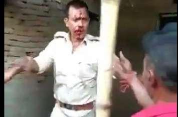 Watch Video: भीड़ नें पुलिस को दौड़ा-दौड़ाकर पीटा, देखें कैसे बचाई जान...