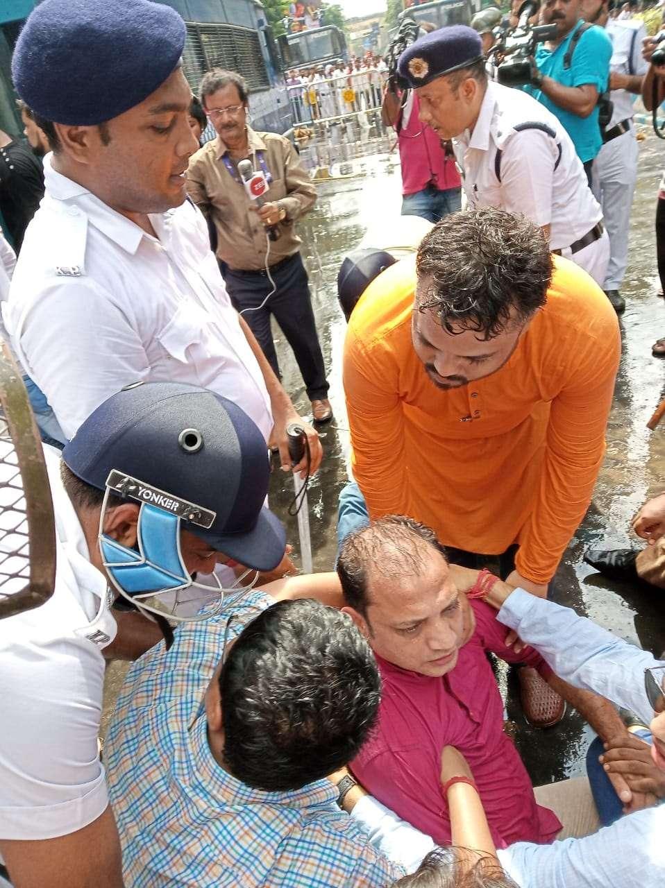 बिजली शुल्क घटाने की मांग पर कोलकाता का सेन्ट्रल एवेन्यू बना रणक्षेत्र