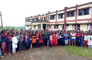 अव्यवस्थाओं को लेकर छात्राओं ने किया विरोध प्रदर्शन