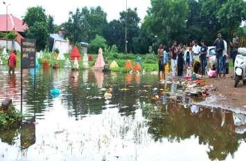Photo gallery : लोगों ने उसी तालाब में किया विसर्जन जहां है प्रतिबंध