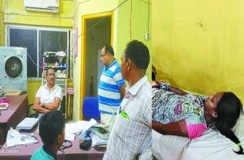 सांप काटने के बाद कलेक्टर ने रात 10 बजे छात्रा को पहुंचाया अस्पताल, इलाज होते तक रुके रहे, सोशल मीडिया पर हो रही तारीफ