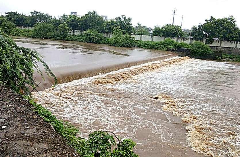 Gujarat heavy rain: सौराष्ट्र के अमरेली और राजकोट जिलों में नदी नालों में आया उफान