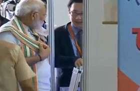 PM Modi LIVE: पीएम मोदी ने देखी प्रदर्शनी, बताया गया किस तरह तैयार हो रहा पंचगव्य