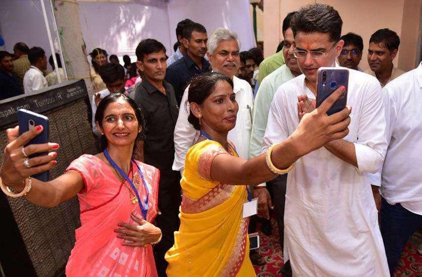 सचिन पायलट  ने तत्वावधान में आयोजित समारोह में ''गांधी ज्ञान केन्द्र'' और ''चौपाल राजीविका स्टोर'' का उद्घाटन किया देखे तस्वीरें।