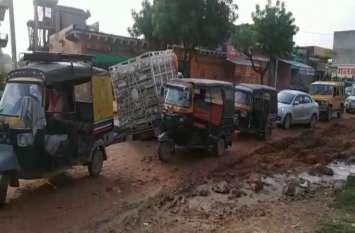 सीवर लाइन के गड्ढों मेें आए दिन धंस रहे वाहन