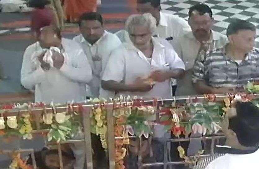 मंदिर में हुई इस घटना पर पुलिस को भी नहीं हुआ विश्वास, फिर सीसीटीवी फुटेज देखें तो सब चौंक गए