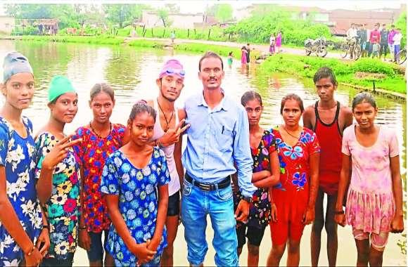 गांव के तालाब में उछलकूद करने वाले ये 8 बच्चे अब राज्य स्तरीय तैराकी स्पर्धा में दिखाएंगे कमाल