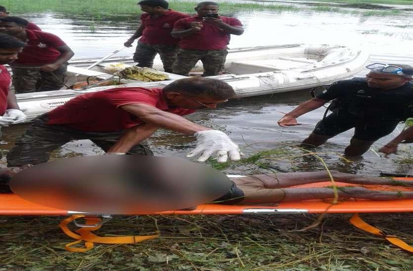 भगवान गणेश की प्रतिमा के साथ तालाब में समा गया युवक, दूसरे दिन निकाली डेडबॉडी